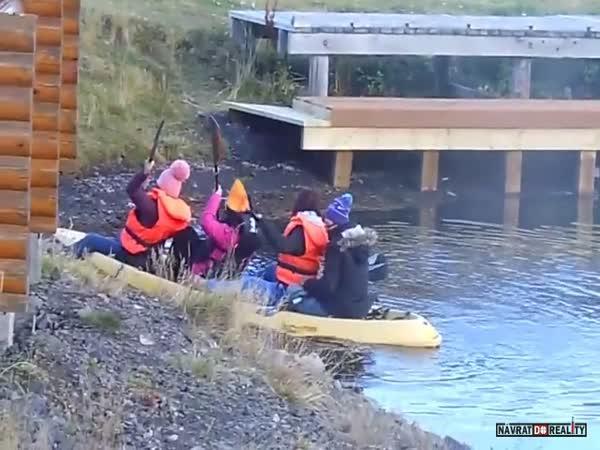 Holky na kajaku na Islandu