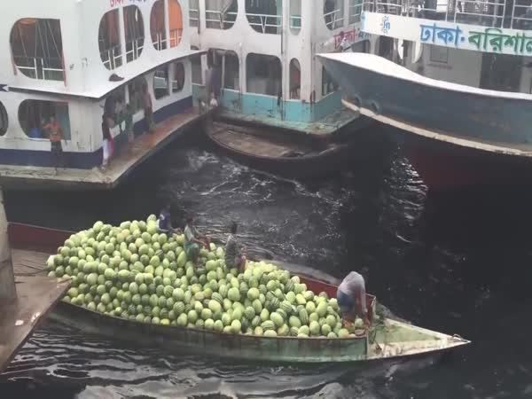 Trampoty v přístavu města Dháka