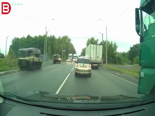 Nehoda auta a tanku v Rusku