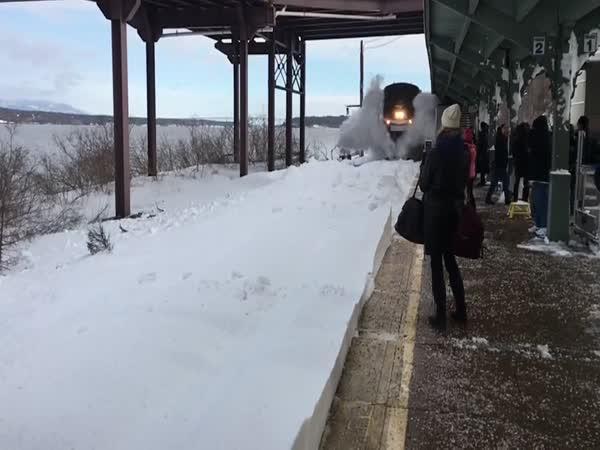 Unikátní záběr - Vlak vs. sníh