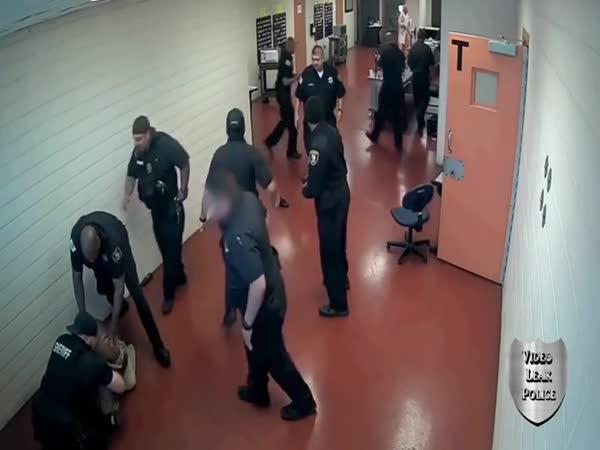 Vězeň vs. celá policejní stanice (USA)