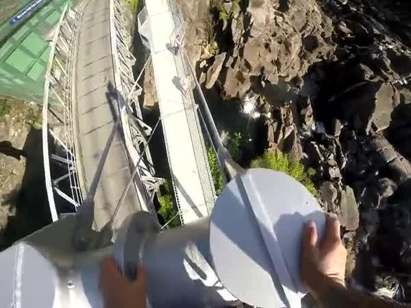 Z mostu rovnou do vody