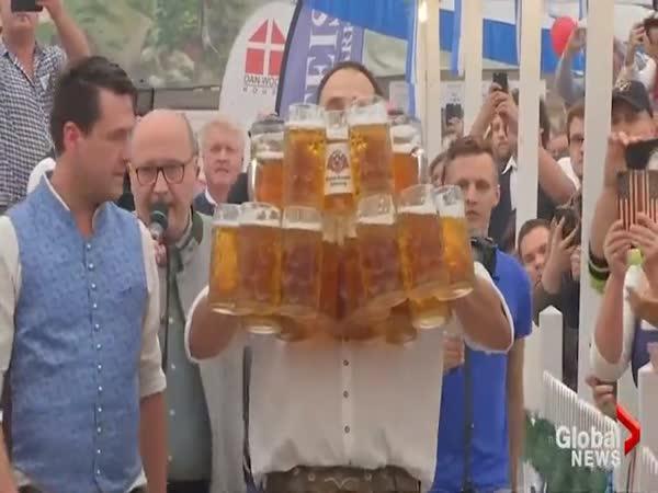 Nový rekord v nošení piv