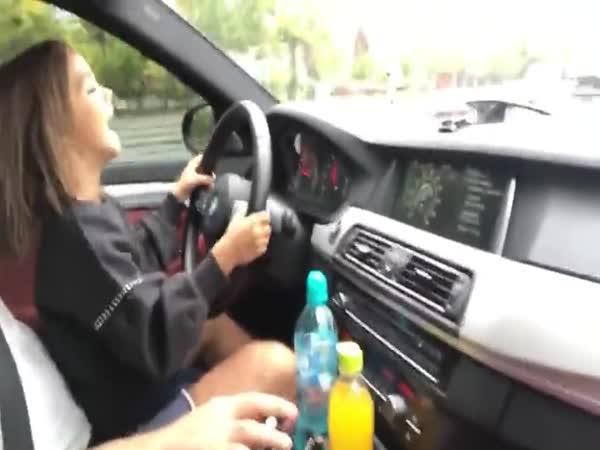Malé děvče řídí BMW