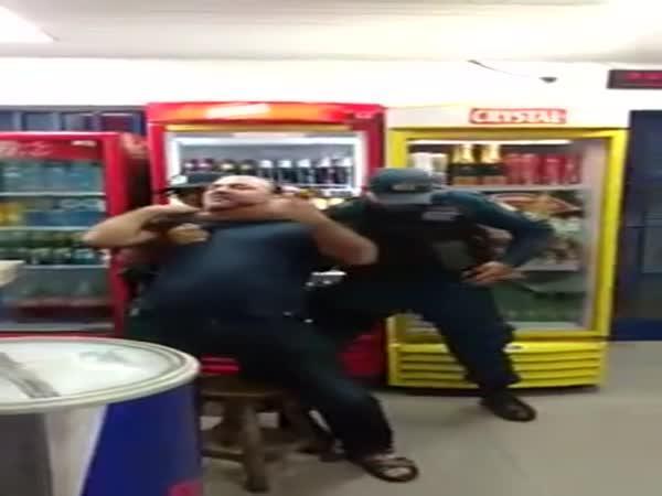 Policista přiškrtí neplatiče