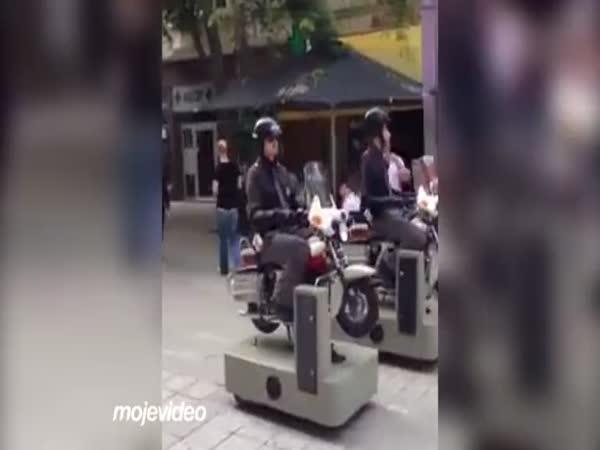 Policejní hlídka na dětských motorkách