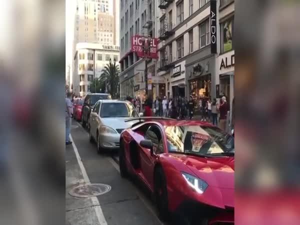 Přebíhat přes cizí auto se nevyplácí