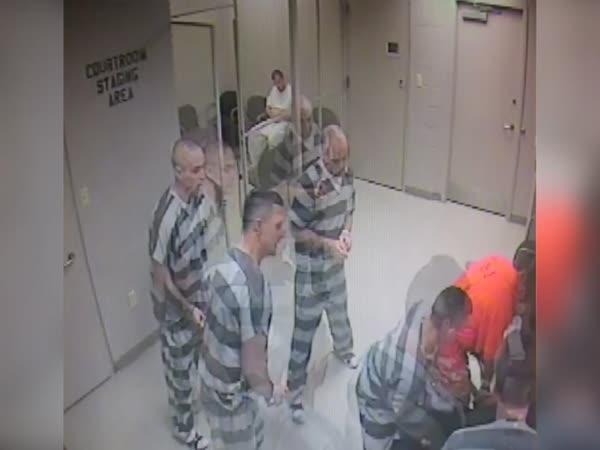 Vězeňský dozorce dostal infarkt, pomohli mu vězni