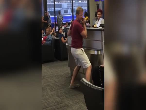 Cestující rozezpíval letiště