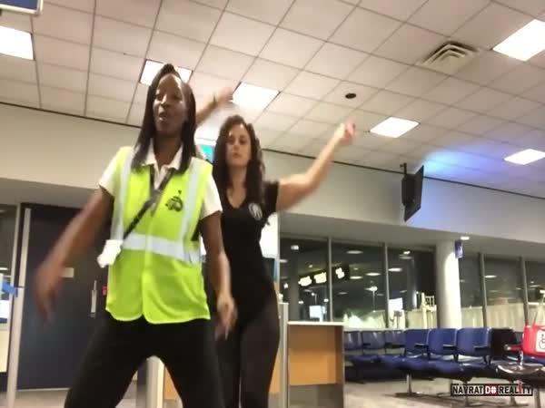 Tanec na letišti v USA