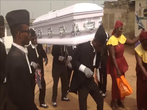 Pohřební průvod na ghanský způsob