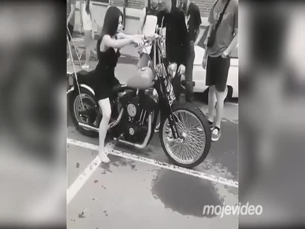 Slečna chtěla být motorkářkou