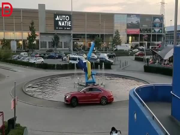 Mercedes v kašně
