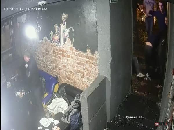 Holandští hooligans napadají hospodu