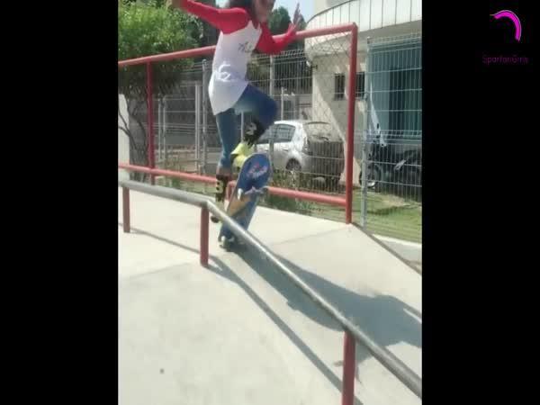 8letá dívka válí na skateboardu