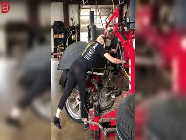 Sexy pracovnice pneuservisu