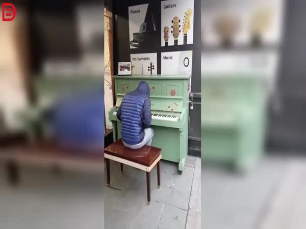 Pouliční klavírista
