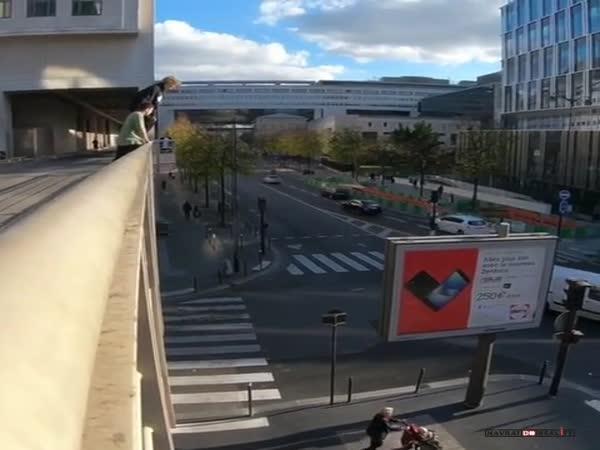 Nebezpečný skok v ulicích Paříže