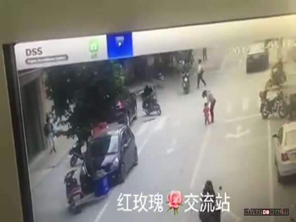 Přejetá žena a dítě v Číně