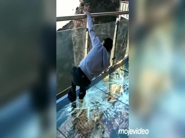 Procházka na skleněném mostě v Číně