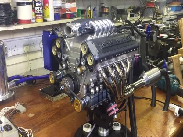 1:3 model V10 motoru v akci