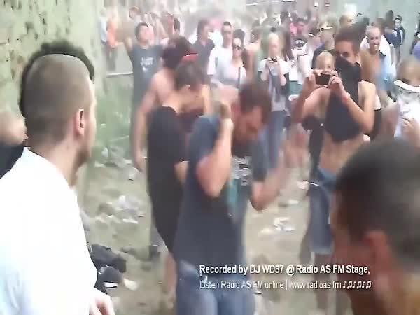 Svérázný festivalový tanečník