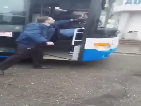 ČR - Opilý mladistvý napadl řidiče autobusu