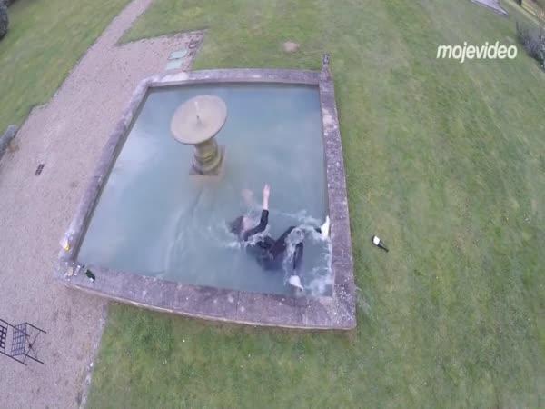 Vykoupala se ve fontáně (Francie)