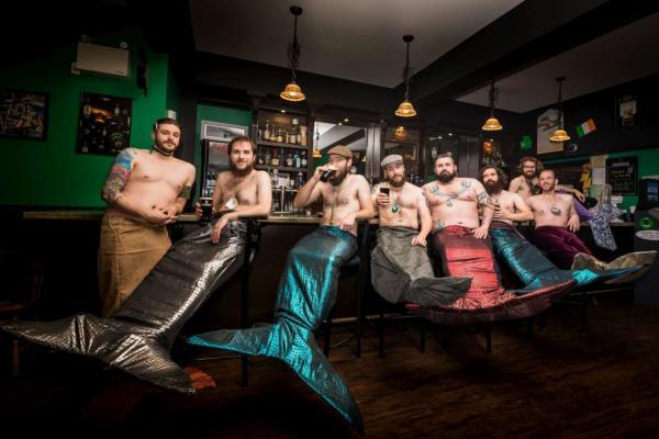 GALERIE - Vousáči se převlékli za mořské panny