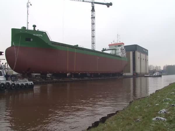 Spouštění nákladní lodi na vodu