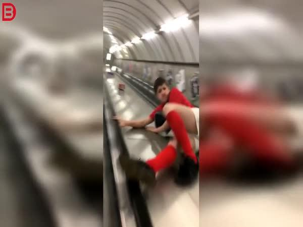 Opilec na eskalátoru