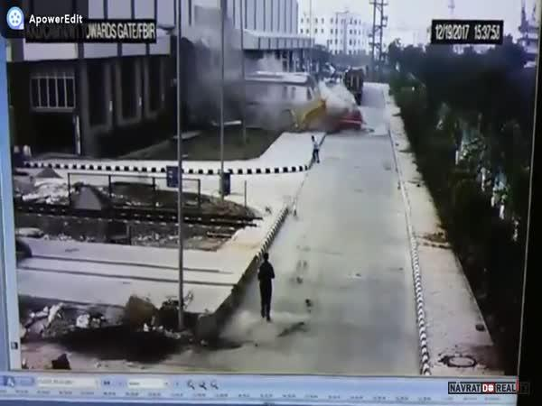 Metro projede skrz budovu