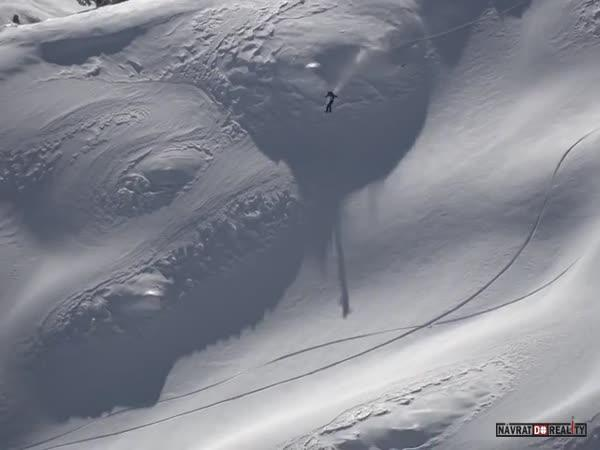 Snowboardista vs. lavina