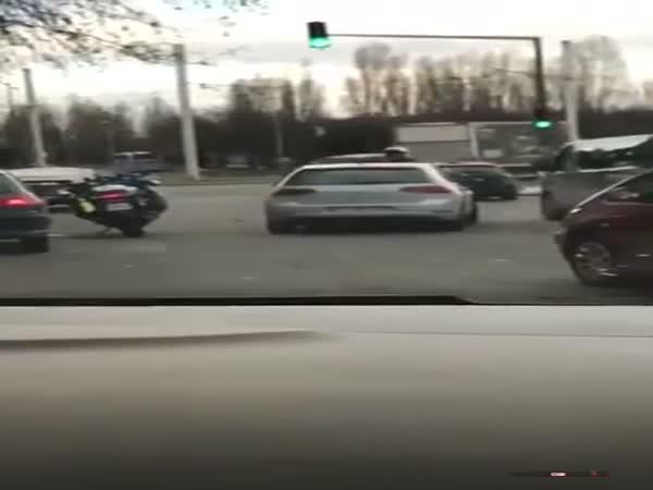 Policista střílí na ulici