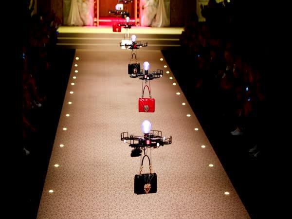 Drony místo modelek