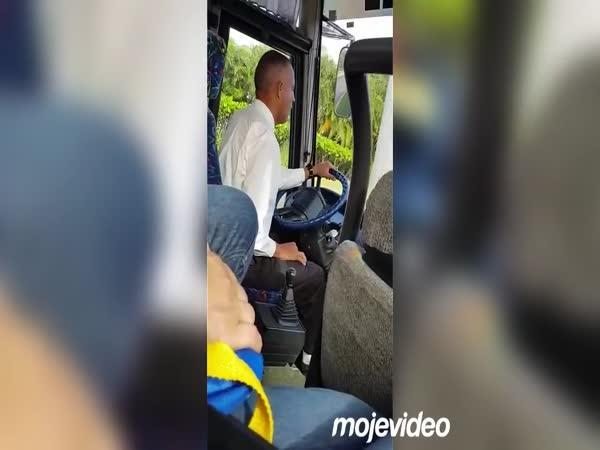 Velmi jemný řidič autobusu
