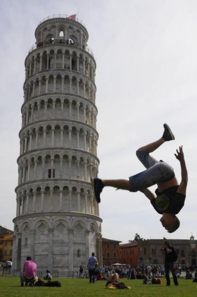 GALERIE – Nejvtipnější fotky u šikmé věže