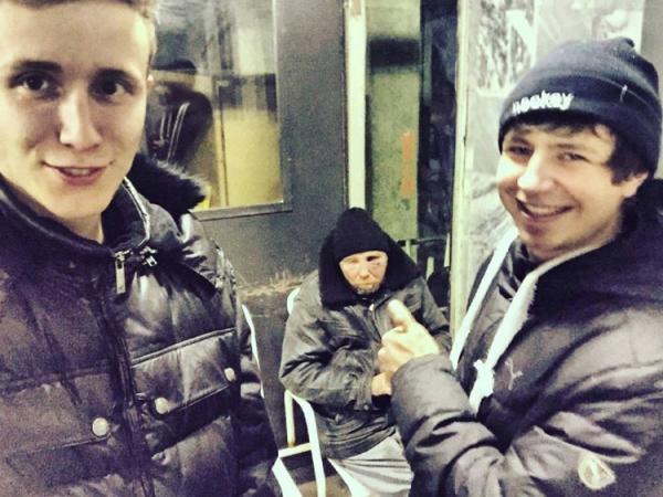 GALERIE - Otřesné! Lidé se fotí s bezdomovci