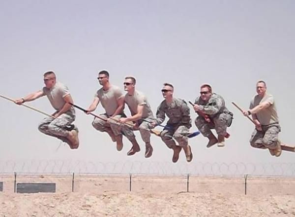 GALERIE – Vojáci si ze sebe dělají srandu