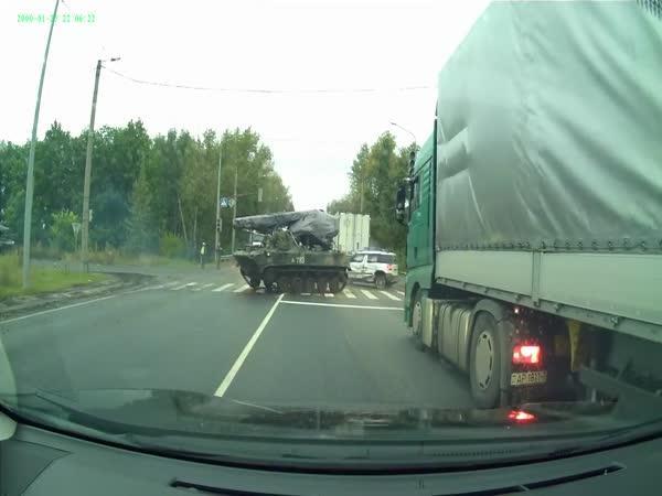 Srážka obrněného vozidla s autem