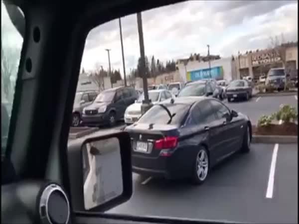 Jeep a špatně zaparkované BMW