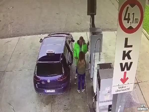 Žena na benzínce v Německu