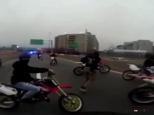 Policie nahání motorkáře