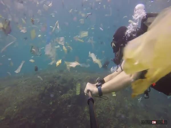 Plast v oceánu u Bali