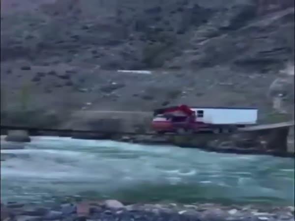 Kamion vs. labilní most