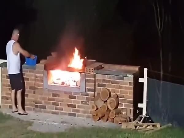 Pyroman při grilování