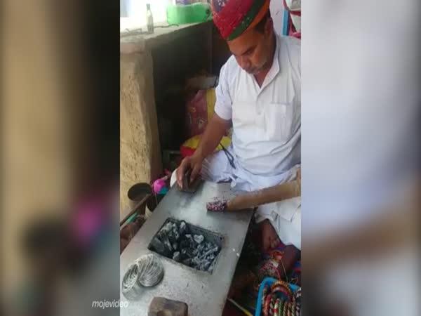 Ruční výroba šelakových náramků (Indie)
