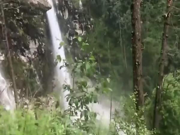 Nebezpečná cesta v Nepálu