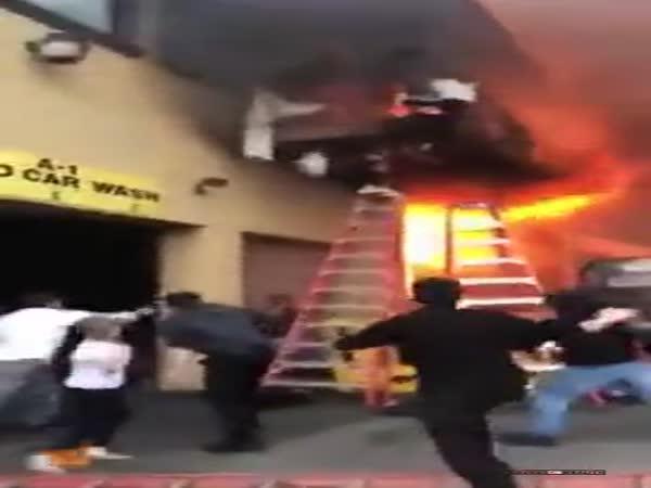 Únik z hořící budovy