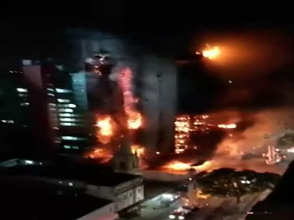 Zřícení hořící budovy v Brazílii